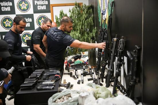 6일(현지시각) 브라질 경찰이 마약 밀매상 단속을 위해 리우데자네이루의 한 빈민가 자카레지뉴를  급습했다. 사진은 경찰이 압수한 마약과 총기류. /사진=로이터