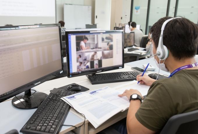 지난해 5월 경기도 화성시 삼성전자 사업장에서 감독관들이 실시간으로 온라인 GSAT를 원격 감독하는 모습. / 사진=삼성전자