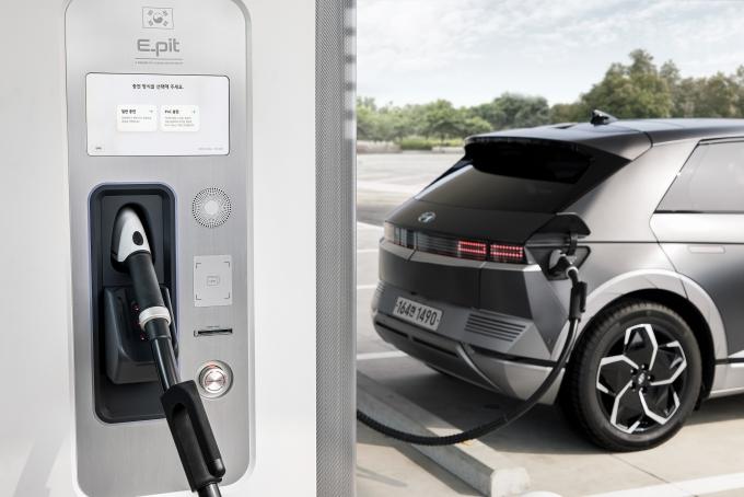 전기차 판매가 급증하면서 자동차 제조사들이 충전 인프라 경쟁에 뛰어들고 있다. 과거엔 정부에 책임을 미루는 모습이었지만 현재는 마케팅 수단으로 전기차 충전소를 활용하는 상황이다. 전기차 성능이 상향 평준화되면서 업체들은 충전소를 차별화 요소로 앞세우고 있다./사진=현대자동차