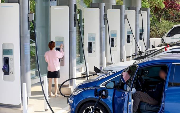 충전 중인 차로 가득 찬 전기차 충전소 현대 이피트 /사진=뉴시스 조태형 기자