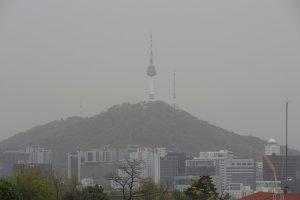 [오늘 날씨] 미세먼지에 돌풍까지… 목 건강 유념하세요