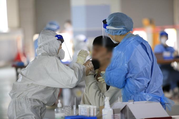 서울 은평구와 서대문구 교회에서 신종 코로나바이러스 감염증(코로나19) 집단감염이 발생했다. 사진은 한 시민이 코로나19 검사를 받는 모습. /사진=뉴스1