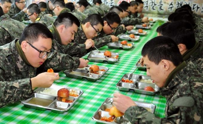 국방부가 격리 장병들의 급식을 신경 쓰면서 장병들 먹거리를 더 챙기겠다고 다짐했다./ 사진=뉴스1