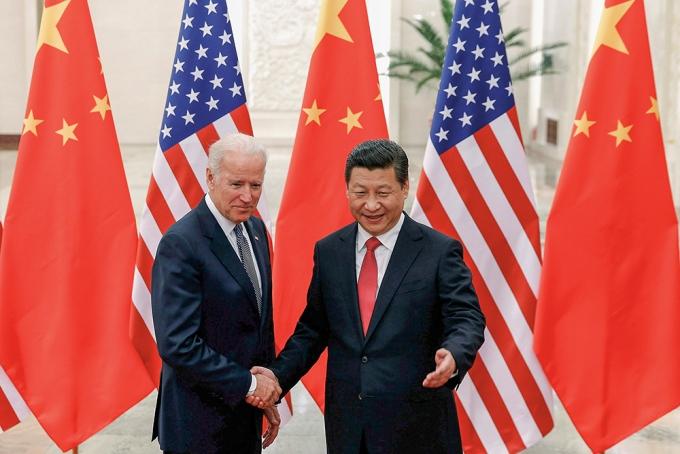 2013년 12월 중국 베이징에서 조 바이든 미국 대통령(당시 부통령)과 시진핑 중국 국가주석이 악수를 하고 있다. /사진=로이터