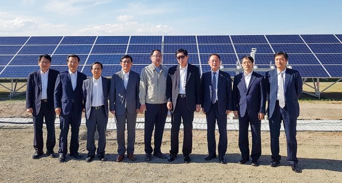 2017년 6월 일본 훗카이도 치토세시 태양광발전소를 방문한 조환익 전 한국전력공사 사장(오른쪽 네번째)과 관계자. /사진제공=한국전력공사