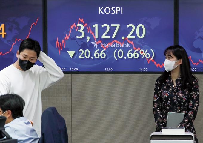 지난 3일 서울 하나은행 딜링룸에서 딜러들이 공매도 재개로 코스닥 지수가 하락한 상황에서 업무를 보고 있다./사진=뉴시스DB