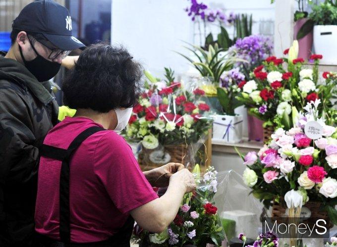 [머니S포토] '어버이날 하루 앞둔 남대문시장 꽃상가'