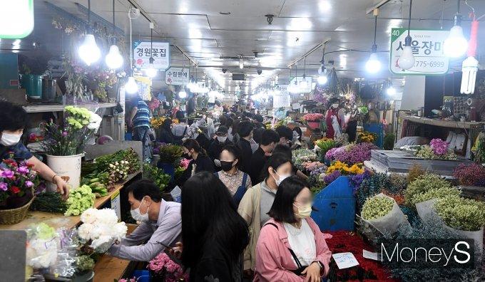 [머니S포토] '어버이날 앞두고 붐비는 꽃시장'