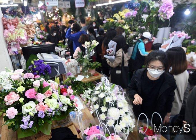 [머니S포토] 어버이날 하루 앞두고 북적이는 꽃상가