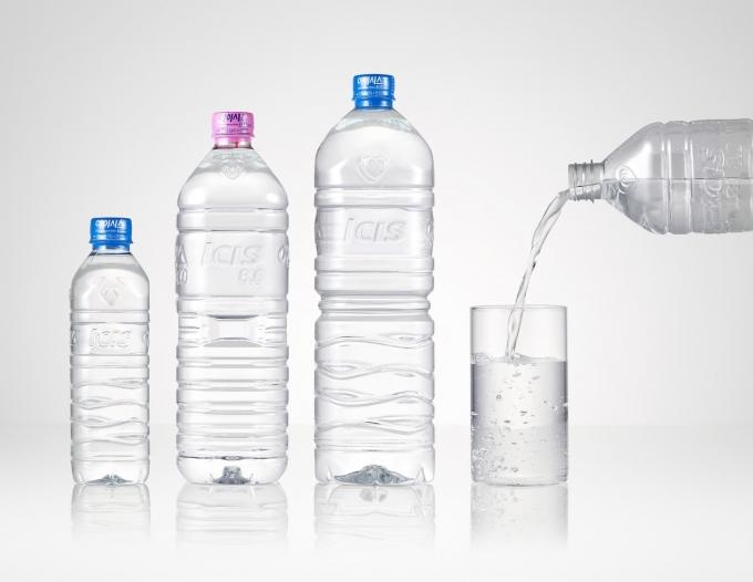 롯데칠성음료가 지난 1월 업계 최초로 출시한 무라벨 생수 '아이시스 8.0 ECO'는 1년 새(올해 1분기 기준) 판매량이 500% 급증했다./사진=롯데칠성음료