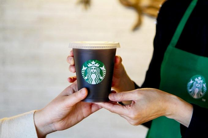 스타벅스가 올 하반기부터 일부 매장에서 일회용 컵 대신 일정 금액의 보증금이 있는 리유저블컵(다회용 컵)을 시범 도입한다. /사진제공=스타벅스