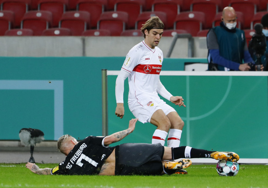 슈투트가르트 보르나 소사(흰색 유니폼)이 지난해 12월 24일(한국시각) 프라이부르크와의 독일축구협회컵(DFB포칼) 2라운드 홈경기에서 돌파를 시도하고 있다. /사진=로이터