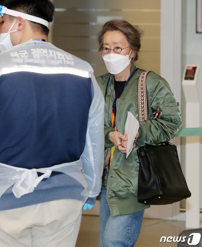 [사진] 입국하는 윤여정