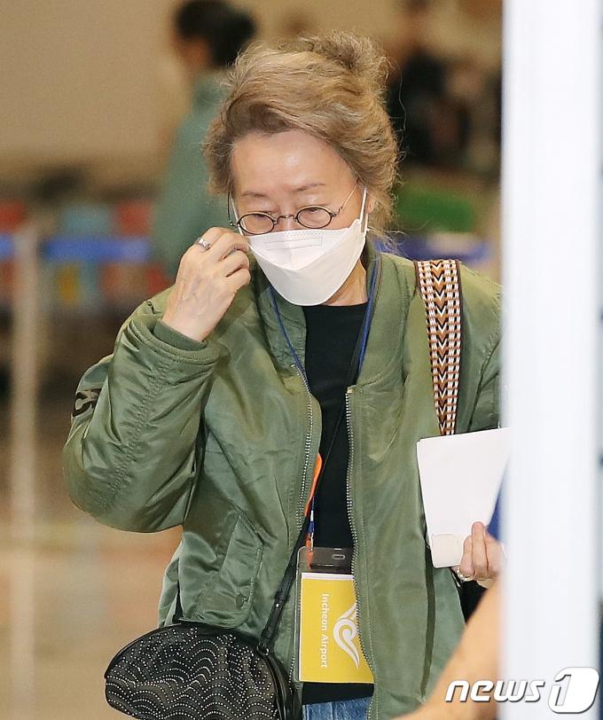 [사진] 윤여정 '피곤한 기색이 역력'