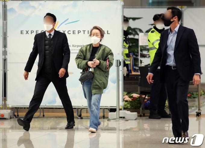 [사진] 윤여정 '경호원들의 호위 받으며'
