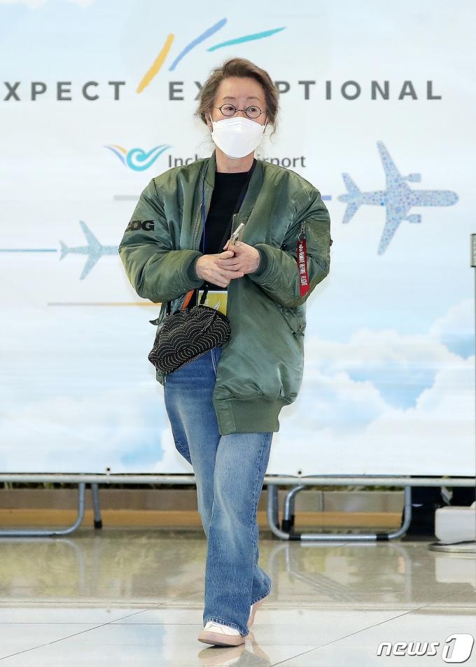 [사진] 윤여정 '눈길 가는 항공점퍼'