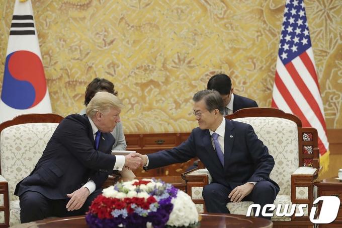 문재인 대통령과 도널드 트럼프 전 미국 대통령. (청와대) 2017.11.7/뉴스1 © News1 이광호 기자