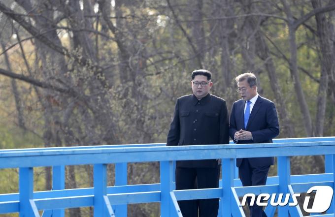 지난 2018년 4·27 판문점 회담 당시 남북 정상. 문재인 대통령과 김정은 국무위원장이 공동 식수를 마친 후 군사분계선 표식물이 있는 '도보다리'까지 산책을 하며 담소를 나누고 있다.  2018.4.27/뉴스1 © News1 한국공동사진기자단