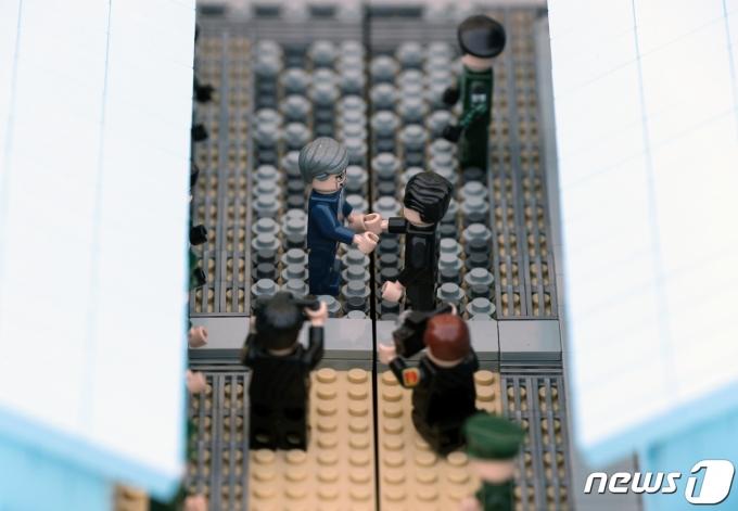 23일 오후 경기 파주시 임진각 평화누리에 마련된 DMZ빌리지에서 문재인 대통령과 김정은 국무위원장이 만나는 장면을 블록 장난감으로 재현한 작품이 전시되어 있다. 2020.10.23/뉴스1 © News1 신웅수 기자