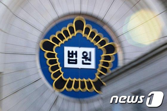 서울중앙지법 형사5단독 김준혁 판사는 폭력행위 등 처벌에 관한 법률 위반 공동상해 혐의로 기소된 A(27)씨에게 징역 1년6개월을 선고했다. /사진=뉴스1