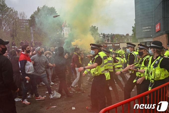 시위를 벌이는 맨유 팬들© AFP=뉴스1