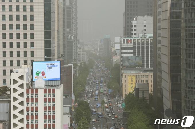 황사의 유입으로 서울에 미세먼지 경보가 발령된 7일 오후 서울시내가 뿌옇게 보이고 있다. 2021.5.7/뉴스1 © News1 조태형 기자