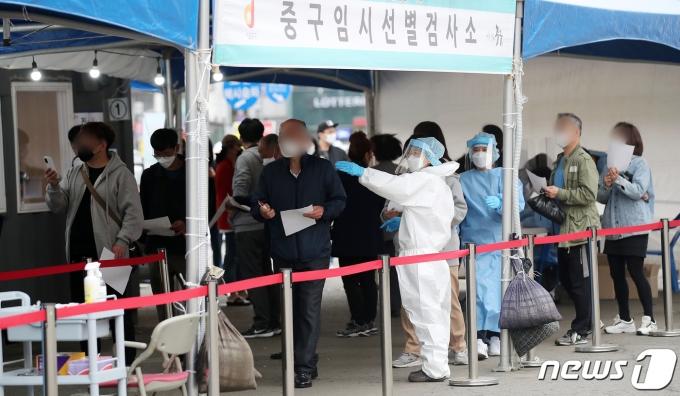열흘 만에 신규 확진 700명대… 수도권서 67% 발생(종합)