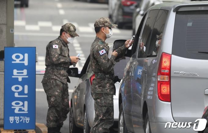 지난달 28일 경기도 성남시 분당구 소재 국군수도병원으로 장병들이 탄 차량이 진입하고 있다. 2021.4.28/뉴스1 © News1 김영운 기자