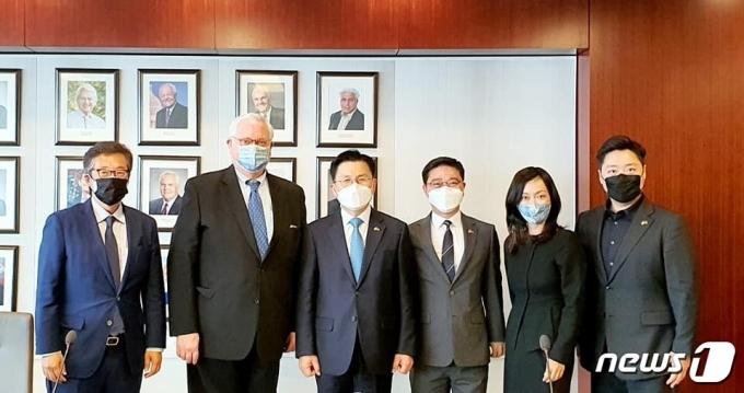 황교안 전 미래통합당 대표가 CSIS 관계자들과 기념 촬영하는 모습. (출처: 황 전 대표 페이스북) © 뉴스1