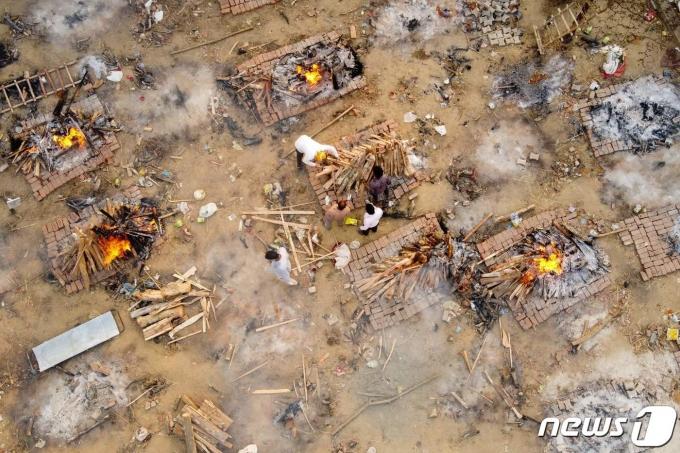 26일(현지시간) 인도 뉴델리에 임시로 마련된 노천 화장장에서 코로나19 사망자들의 화장이 진행되고 있다. © AFP=뉴스1