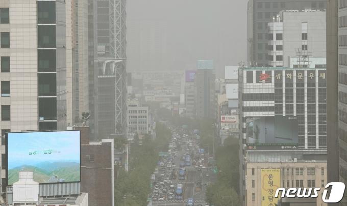 황사의 유입으로 서울에 미세먼지 경보가 발령된 7일 오후 서울시내가 뿌옇게 보이고 있다. /사진=뉴스1