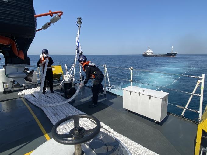 제주해경이 지난 6일 제주 해상에서 표류하던 파나마 국적 화물선을 구조하고 있다. /사진=제주해양경찰서