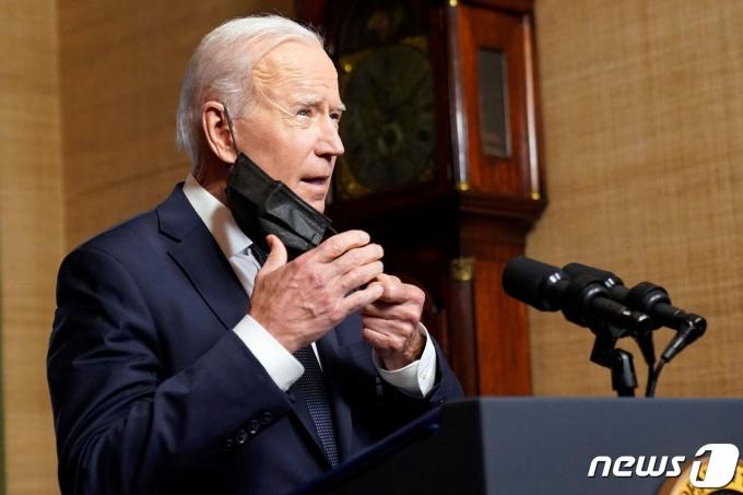 조 바이든 미국 대통령이 2021년 4월14일(현지시간) 워싱턴 백악관에서 아프가니스탄 주둔 미군의 9월11일까지 완전 철군을 발표하기 위해 마스크를 벗고 있다. © AFP=뉴스1 © News1 우동명 기자
