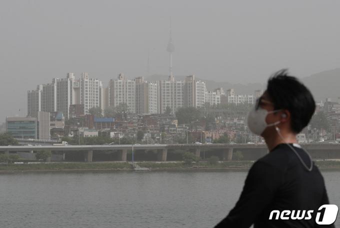 전국이 황사의 영향을 받아 미세먼지 농도가 '매우 나쁨'을 보이고 있는 8일 오전 한강공원 반포지구에서 바라본 남산서울타워를 비롯한 서울도심이 뿌옇게 보이고 있다. 2021.5.8/뉴스1 © News1 박세연 기자