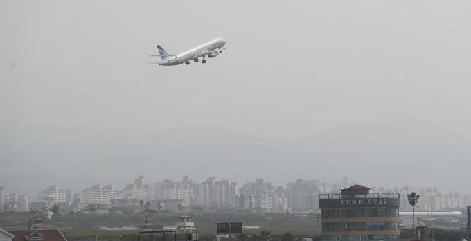 제주 전역에 미세먼지 경보가 발효된 8일 오후 제주국제공항에서 비행기가 미세먼지를 뚫고 이륙하고 있다. /사진=뉴스1