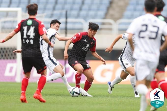 부천FC와 김천상무의 경기 모습(한국프로축구연맹 제공)© 뉴스1