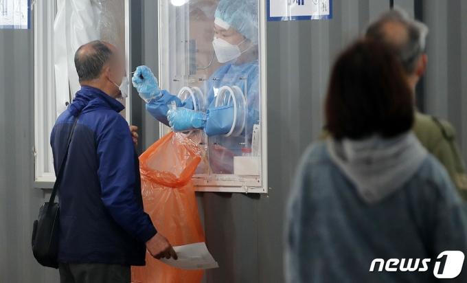 7일 오전 서울 중구 서울역광장에 마련된 신종 코로나바이러스 감염증(코로나19) 임시선별진료소에서 시민들이 검사를 받고 있다. 2021.5.7/뉴스1 © News1 김진환 기자