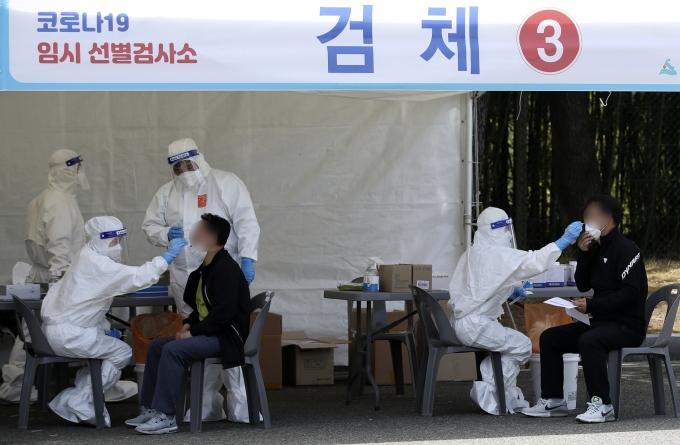 8일 울산 남구 문수축구경기장에 마련된 임시 선별검사소에서 시민들이 신종 코로나바이러스 감염증(코로나19) 검사를 받고 있다. /사진=뉴스1