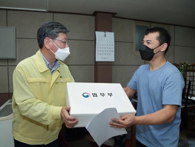 이용구 법무부 차관이 외국인 노동자에게 방역물품을 전달하고 있다. © 법무부 제공