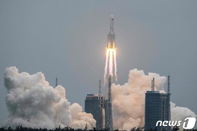 2021년 4월29일(현지시간) 하이난성 원창 발사 기지에서 우주 정거장의 본체인 '톈허'를 실은 창정 5B 로켓이 성공적인 발사를 하고 있다. © AFP=뉴스1 © News1 우동명 기자