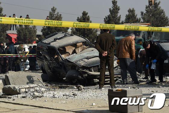 아프가니스탄 보안요원들이 2016년 12월28일(현지시간) 수도 카불의 다쉬트-에-바르치에서 폭탄 폭발로 훼손된 차량을 살펴보고 있다. © AFP=뉴스1 (사진은 기사 내용과 무관함)