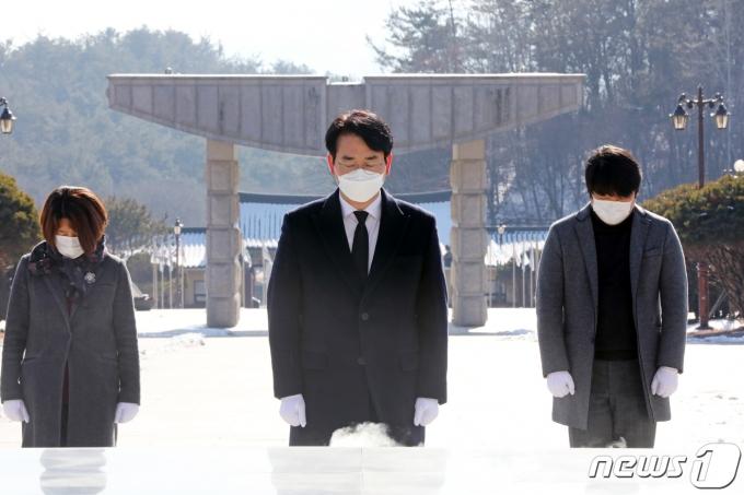 박용진 더불어민주당 의원이 20일 오전 광주 북구 국립5·18민주묘지에서 분향하고 있다. 2021.1.20/뉴스1 © News1 황희규 기자