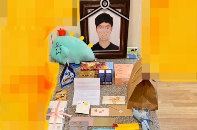고(故) 손정민군 영정앞세 놓여 있는 위로의 글과 선물들. (SNS 갈무리) © 뉴스1