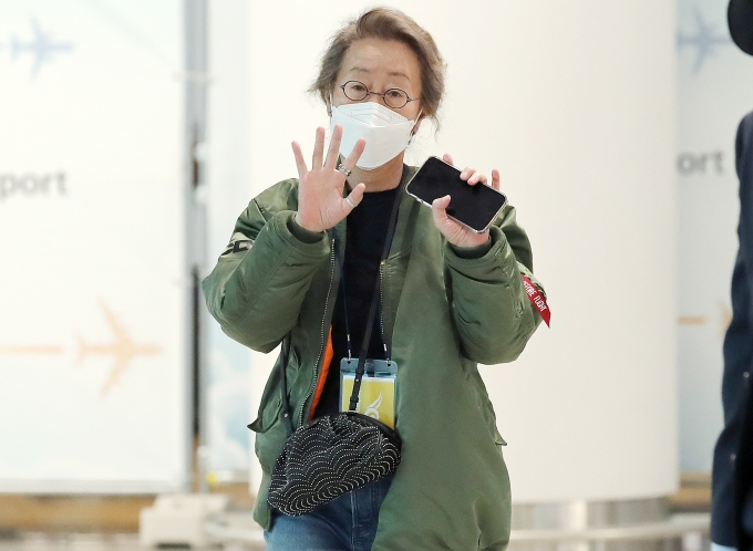 한국 배우 최초로 아카데미 여우조연상을 수상한 배우 윤여정이 지난 8일 오전 인천국제공항을 통해 귀국했다. /사진=뉴스1