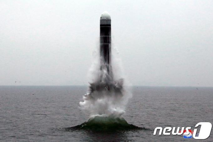 북한이 공개한 잠수함탄도미사일(SLBM)의 모습. /북한 조선중앙통신