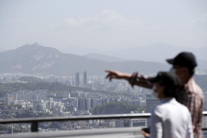 9일 서울 용산구 남산을 찾은 시민들이 도심을 바라보고 있다. /사진=뉴스1