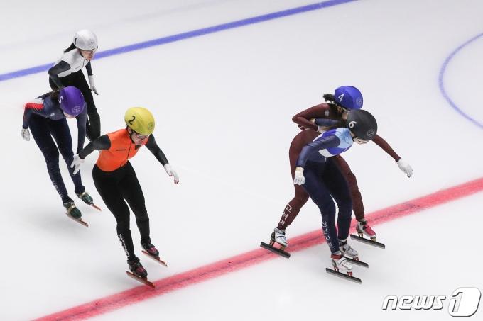 [사진] 몸싸움하며 결승선 통과하는 최민정