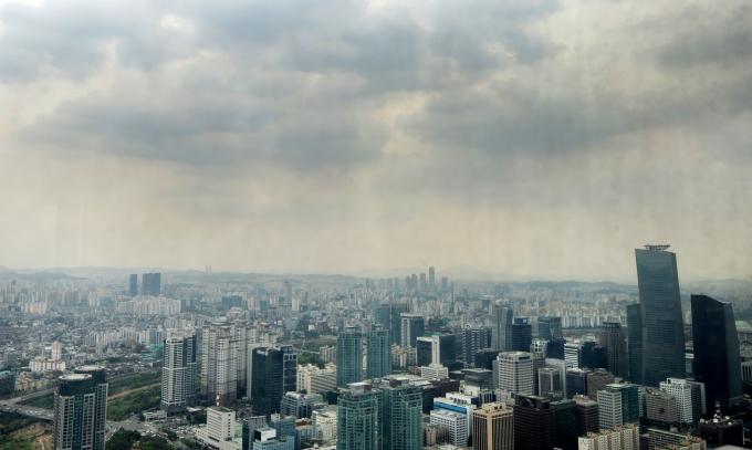 10일 기상청에 따르면 전국이 흐리고 수도권남부, 충청권, 경북북부 등에는 비가 올 전망이다. 사진은 흐린 서울 도심의 모습 /사진=뉴스1