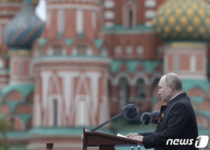 블라디미르 푸틴 러시아 대통령이 9일 모스크바 붉은 광장에서 열린 제2차 세계대전 승전 76주년 기념식에서 연설하고 있다. © AFP=뉴스1
