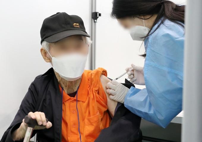 서울 관악구 코로나19 예방접종센터에서 한 어르신이 백신(화이자) 접종을 하고 있다./사진=뉴스1